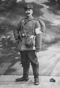 Iver Henningsen, Haderslev, i fuld uniform før afmarchen til fronten i begyndelsen af 1915.