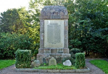 Detalje af mindesten, Ubjerg Kirkegård med brødrene Emil og Christian Carstensen