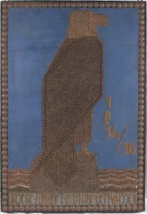 """Sømtavle med en ørn årstallene 1914-16 og teksten """"Unsere Zukunft liegt auf der Wasser"""". Mod betalingen fik man lov til at slå søm i tavlen, pengene gik så til krigsførelsen (Tønder Zeppelin- og Garnisonsmuseet)"""
