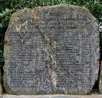 Mindesten. Rødding Kirkegård med navnene på de tre brødre Jens, Søren og Peter Oster