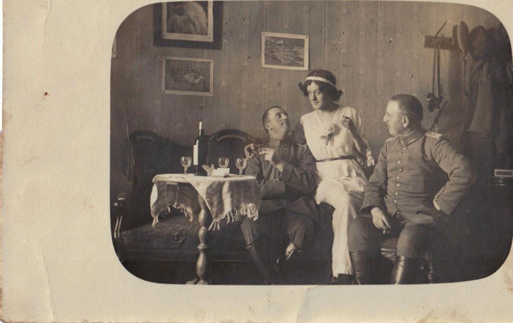 1915-11-14 LIR84 - Postkort af 2 officerer og en dame