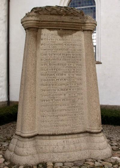 Mindesten, Skodborg Kirkegård, med E.O.A. Holms navn ca. midt på