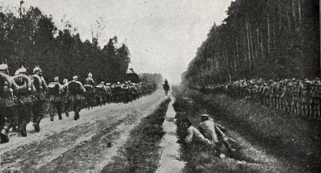 1914-10-tysk marchkolonne passerer østrigsk