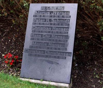 Mindesten, Øster Løgum Kirkegård med Marius Iversens navn øverst