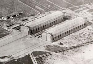 De to mindste zeppelinhaller ved Tønder set fra nordøst. Forrest i billedet hallen Joachim, senere omdøbt til Tobias, bagved Marine, senere Toni. Alle bagerst til venstre ses flyhangaren, som endnu eksisterer (Tønder Zeppelin- og garnisonsmuseum)
