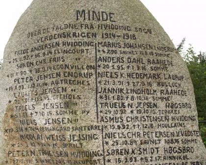 """Detalje af mindesten, Hvidding Kirkegård. De fire brødre Jens Peter, står som """"Peter"""", Laurits, Truels og Niels Jensen står efter hinanden i venstre side."""