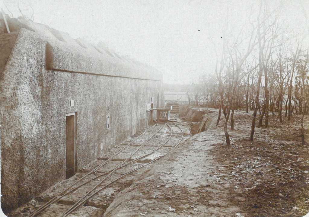 Gammelskov-Batteriet ved Agerskov november 1917. Foran ammunitionsbunkeren ses sporene fra banen og en vogn som skulle bruges til at transportere de tunge granater hen til kanonerne. Hele batteriet blev sprængt i 1920'erne, og ligger i dag som en ruin.