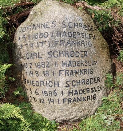 Mindesten, Damager Kirkegård, Haderslev, med de tre brødre Johannes, Carl og Friedrich Schrøder