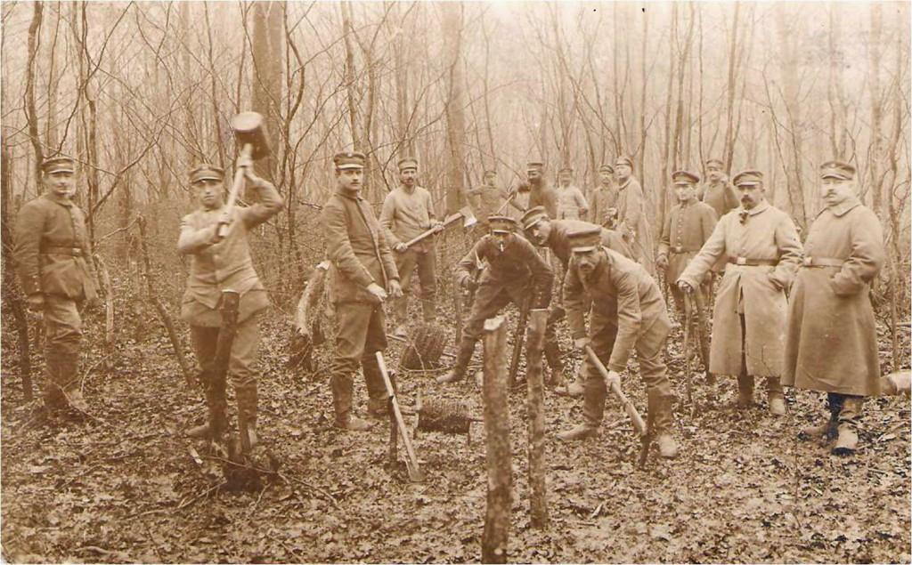 Tyske armerings- og pionersoldater ved opsætning af pigtråd i skov i 1916 – med stor sandsynlighed i Allerup Krat vest for Toftlund.