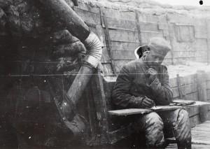 Tysk soldat skriver brev i skyttegraven (Dan Obling)