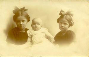 Ellen og J.N. Jensens tre børn, 1920. De to ældste var begge født før krigsudbruddet 1914 (Arkivet ved Dansk Centralbibliotek)