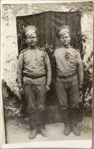 Russisk brevkort med to russiske soldater, på bagsiden en påskrift på russisk (Museum Sønderjylland - Sønderborg Slot)