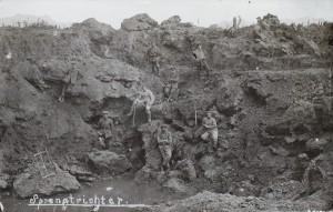 Tyske soldater poserer i et sort krater (Museum Sønderjylland - Sønderborg Slot)