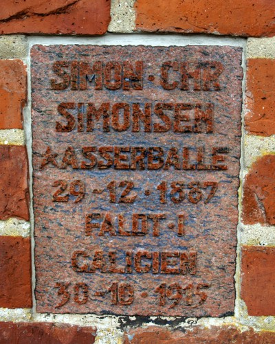 Plade i mindemuren på Asserballe kirkegård