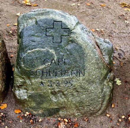Mindesten over Carl Schuhmann. Broager Kirkegård