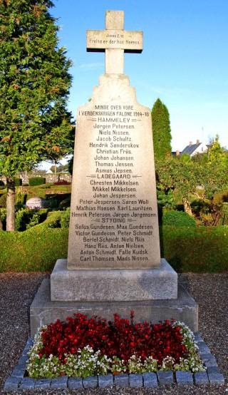 Mindesten. Hammelev Kirkegård. Her står navnene på de to brødre Niels og Hans Riis