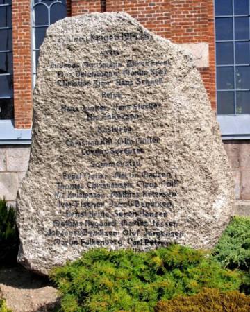 """Mindesten, Sommersted Kirkegård. Lorenz Peter Sørensens navn står midt i som """"Lorens Sørensen"""""""