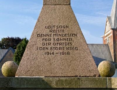 Detalje fra mindestenen på Løjt Kirkegård. Christian Thomsens navn står på mindestenen