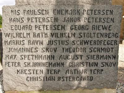 """Detalje fra mindesten, Tyrstrup Kirkegård, med navn stavet """"Christian Skov"""""""